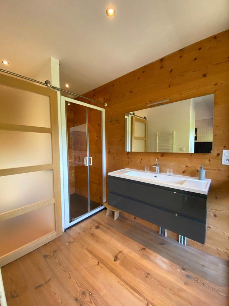 le-chalet-du-blanc-chambre-d-hotes-piscine-spa-savoie-suite-le-flocon-salle-de-bain (1)